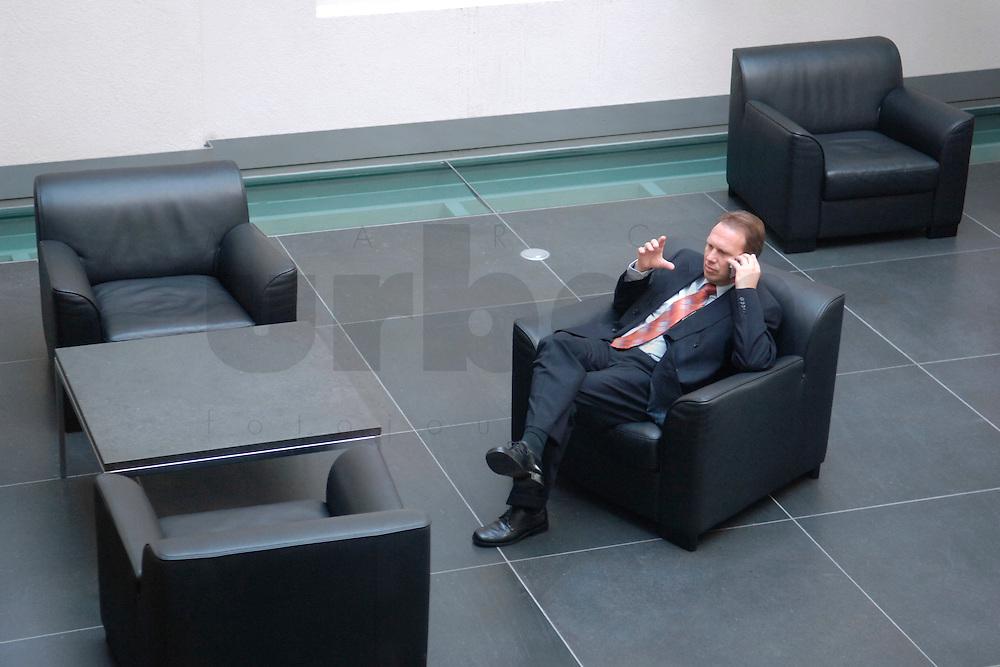 23 SEP 2005, BERLIN/GERMANY:<br /> Dieter Althaus, CDU, Ministerpraesident Thueringen, telefoniert, waehrend einer Sitzung des Bundesrates, Bundesrat<br /> IMAGE: 20050923-01-020<br /> KEYWORDS: Telefon, phone, Mobiltelefon, mobile, Handy