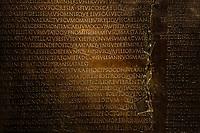 Parmi les pieces les plus remarquables du musee: la&nbsp;Table claudienne, une plaque de bronze qui transcrit un discours de&nbsp;l empereur Claude<br /> Le&nbsp;musee gallo-romain de Lyon&nbsp;a ete construit pres des theatres romains, sur la colline de&nbsp;Fourviere, situee autrefois au c&oelig;ur de la cite romaine de Lugdunum. <br /> Capitale de la province Lyonnaise, c etait une cite gallo-romaine importante et prospere qui a laisse de nombreux vestiges.<br /> Le musee actuel, construit par l architecte&nbsp;Bernard Zehrfuss&nbsp;a ete inaugure en 1975. Le batiment est inscrit en bordure du site antique, enterre sous la colline de fourviere.Les deux monuments majeurs de la cite : le theatre et l odeon, sont desormais integres au secteur classe&nbsp;Patrimoine Mondial&nbsp;par l UNESCO.A l interieur, on y accede par une rampe en beton brut descendant en spirale et se ramifiant vers des paliers destines a l exposition des collections du mus&eacute;e.<br /> Ce musee re&ccedil;oit a peu pres 100 000 visiteurs par an.