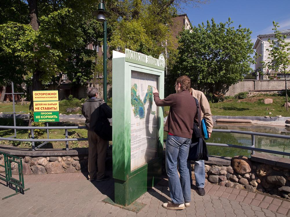"""Der Moskauer Zoo wurde 1864 eröffnet und ist damit der älteste Zoo Russlands. Hier werden rund 1000 Tierarten mit über 6.500 Exemplaren, vom Rotwolf über den Zobel bis zu den Elefanten, gehalten. Im """"Exotarium"""", einer Art Aquarium, kann man Unterwasserwelten samt Fauna tropischer Meere bewundern. Der Zoo wurde von 1990 bis 1997 grundlegend modernisiert und auf seine heutige Fläche von rund 21,5 Hektar erweitert.<br /> <br /> Inner zone of the Moscow Zoo. The Moscow Zoo is the largest and oldest zoo in Russia - It was founded in 1864."""