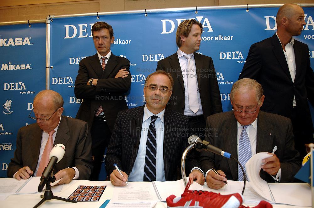 11-09-2006 VOLLEYBAL: PERSCONFERENTIE HOOFDSPONSOR DELA: VINKEVEEN<br /> De NeVoBo heeft uitvaartverzekeraar en - verzorger DELA gepresenteerd als nieuwe hoofdsponsor van het nationale damesteam / Jan van den Bos, Edzo Doeve en Hans Nieukerke<br /> &copy;2006-WWW.FOTOHOOGENDOORN.NL