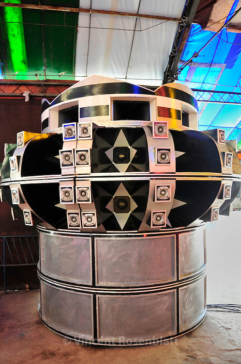 """Soudsystem of """"Her Majesty Santos"""" - old fashioned brega soudmachine. Named as a tribute to the Santos soccer club from the state of São Paulo.."""