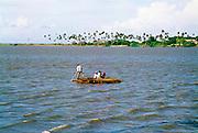 Mannen en vrouwen steken een lagoon over in Mozambique
