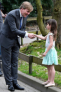 Koning aanwezig bij  Future For Nature Awards 2017 in Burgers' Zoo, Arnhem.<br /> <br /> King attended Future For Nature Awards 2017 at Burgers' Zoo, Arnhem.<br /> <br /> Op de foto / On the photo: Koning Willem-Alexander krijgt bij vertrek een tekening aangeboden van een meisje. /// King Willem-Alexander on departure receive a sketch of a girl.