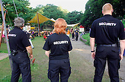 Nederland, Nijmegen, 18-7-2007..Mederwerkers van een partriculier beveiligingsbedrijf houden toezicht tijdens de vierdaagse , vierdaagsefeesten. Veiligheid, evenement, festival, menigte, criminaliteit, zakkenrollen. Bewaking, stad, straat, plein, observeren, calamiteit. Crowd control..Foto: Flip Franssen/Hollandse Hoogte