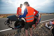 De VeloX V wordt na de val terug gebracht naar de start. Op maandagochtend vinden de kwalificaties plaats. Het team slaagt er door valpartijen niet in om de rijders en de VeloX V te kwalificeren. Het Human Power Team Delft en Amsterdam (HPT), dat bestaat uit studenten van de TU Delft en de VU Amsterdam, is in Amerika om te proberen het record snelfietsen te verbreken. Momenteel zijn zij recordhouder, in 2013 reed Sebastiaan Bowier 133,78 km/h in de VeloX3. In Battle Mountain (Nevada) wordt ieder jaar de World Human Powered Speed Challenge gehouden. Tijdens deze wedstrijd wordt geprobeerd zo hard mogelijk te fietsen op pure menskracht. Ze halen snelheden tot 133 km/h. De deelnemers bestaan zowel uit teams van universiteiten als uit hobbyisten. Met de gestroomlijnde fietsen willen ze laten zien wat mogelijk is met menskracht. De speciale ligfietsen kunnen gezien worden als de Formule 1 van het fietsen. De kennis die wordt opgedaan wordt ook gebruikt om duurzaam vervoer verder te ontwikkelen.<br /> <br /> The qualifying on Monday. The team didn't qualify due to crashes. The Human Power Team Delft and Amsterdam, a team by students of the TU Delft and the VU Amsterdam, is in America to set a new  world record speed cycling. I 2013 the team broke the record, Sebastiaan Bowier rode 133,78 km/h (83,13 mph) with the VeloX3. In Battle Mountain (Nevada) each year the World Human Powered Speed Challenge is held. During this race they try to ride on pure manpower as hard as possible. Speeds up to 133 km/h are reached. The participants consist of both teams from universities and from hobbyists. With the sleek bikes they want to show what is possible with human power. The special recumbent bicycles can be seen as the Formula 1 of the bicycle. The knowledge gained is also used to develop sustainable transport.