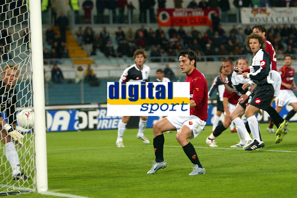 Fotball<br /> Serie A Italia 2004/05<br /> Roma v Siena<br /> 20. april 2005<br /> Foto: Digitalsport<br /> NORWAY ONLY<br /> l'occasione da gol sul colpo di testa di panucci. la palla sembra stia per superare la linea
