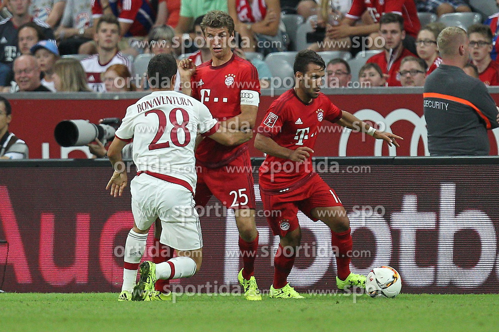 04.08.2015, Allianz Arena, Muenchen, GER, AUDI CUP, FC Bayern Muenchen vs AC Mailand, im Bild l-r: im Zweikampf, Aktion, mit Giacomo Bonaventura #28 (AC Milan), Thomas Mueller #25 (FC Bayern Muenchen) und Juan Bernat #18 (FC Bayern Muenchen) // during the 2015 AUDI Cup Match between FC Bayern Muenchen and AC Mailand at the Allianz Arena in Muenchen, Germany on 2015/08/04. EXPA Pictures &copy; 2015, PhotoCredit: EXPA/ Eibner-Pressefoto/ Kolbert<br /> <br /> *****ATTENTION - OUT of GER*****