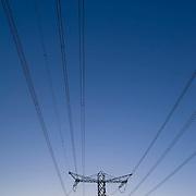 Nederland Rotterdam 6 maart 2011 20110306 Stilleven elektriciteitsmasten  Maasvlakte, energiebehoefte.  , schemering, sluimerverbruik, sluipstroom, sluipverbruik, spanning, staal, stalen, steunmasten, still, stilleven, stillshot, stock, stockbeeld, stockfoto, stroom, stroomverbruik, stroomvoorziening, the netherlands, tower, transmission, transmission tower, transmission towers, transport, transportcapaciteit, transportnet,  veel, veelgebruik, verbinding, verbruik, verbruiken, verschillende  kleurtjes, verschillende kleuren tinten, vervuiling horizon, volt, voltage, voorziening, watt, web, wire, zonsondergang , , kyoto, laagstaande zon, licht avond, lichtspel, Lijnen, lijnenspel, lijnspel, lokatie, lucht, luchten, luchtkwaliteit, Maasvlakte, magnetische veldsterkte, mast, masten, mileubelasting, mileumaatregelen, milieu, milieu belastende, milieuproblematiek, Netbeheerders, Netherlands, netwerk, netwerken, network, niemand, Nobody, ohm, ondergaande zon, oude, ouderwetse, paars, paarse, Pays Bas, power, power cable, powerplant, purple. blue, rotterdamse, schadelijk voor milieuFoto: David Rozing