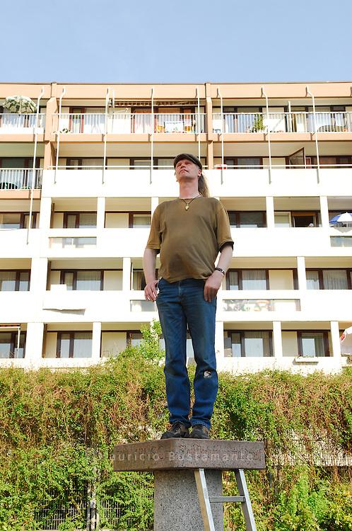 """Eine """"Mitmach-Skulptur"""" in Mümmelmannsberg mit dem eingemeißelten Vorschlag: """"Stell dich doch mal drauf"""". Hinz&Kunzt-Verkäufer Erich Heeder hat's getan"""