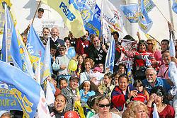 A candidata ao governo do Estado do RS, Yeda Crusius durante panfletagem na Praça da Igreja, em Viamão. FOTO: Jefferson Bernardes/Preview.com