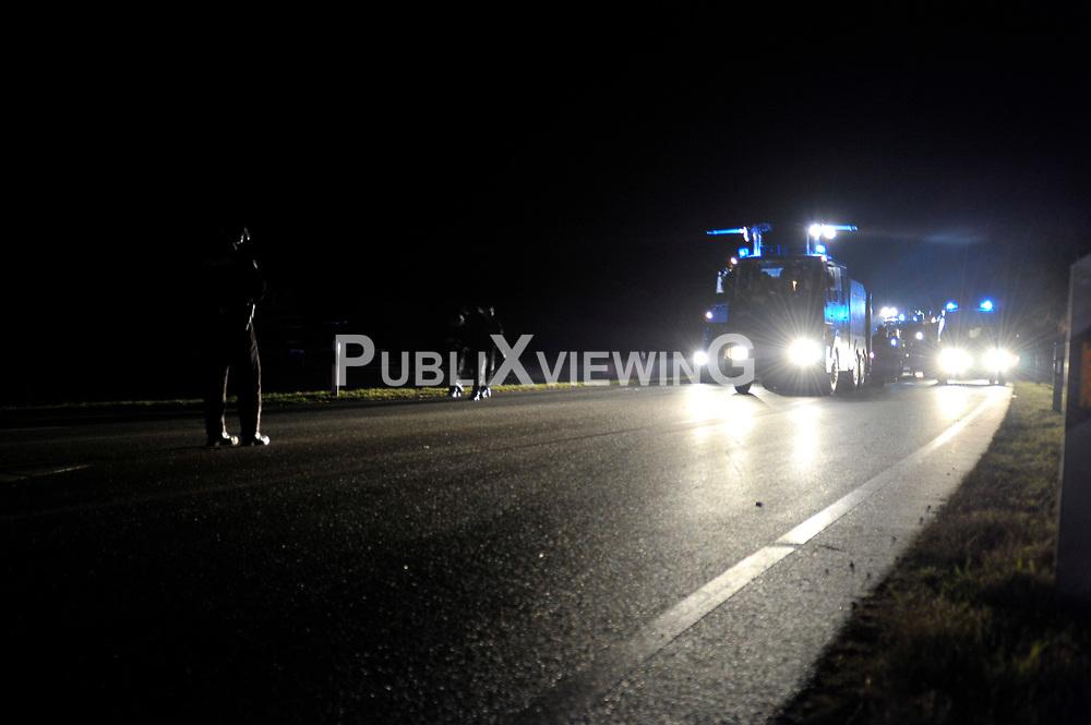 Am Freitag abend versucht die Polizei das Camp Metzingen zu r&auml;umen, muss nach einer Stunde das feld r&auml;umen. Die Polizei r&uuml;ckt kurz vor Mitternacht mit Wasserwerfern und R&auml;umfahrzeugen gegen das Camp in Metzingen vor. <br /> <br /> Ort: Metzingen<br /> Copyright: Christina Palitzsch<br /> Quelle: PubliXviewinG