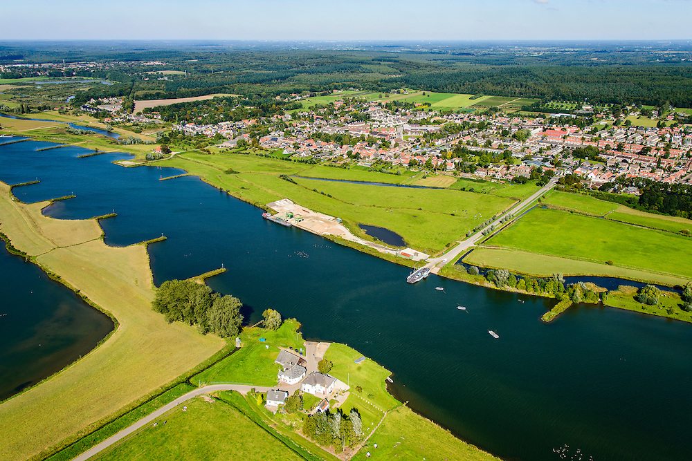 Nederland, Utrecht, Elst, 30-09-2015; veerpont over Neder-Rhijn ter hoogte van de Buitenwaarden bij Elst.<br /> Small ferry across Lower Rhine.<br /> luchtfoto (toeslag op standard tarieven);<br /> aerial photo (additional fee required);<br /> copyright foto/photo Siebe Swart