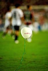 """Um balão com as inscrições """"Eu Amo Flu""""  é visto no gramado durante a partida da equipe do Fluminense contra a LDU, do Equador, válida pela final da Copa Libertadores da América 2008, no Estádio Mário Filho (Maracanã), no Rio de Janeiro. FOTO: Jefferson Bernardes/Preview.com"""