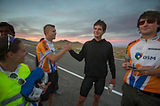 Kaj feliciteert Jan Bos met het goede resultaat op de vijfde racedag van de WHPSC. In de buurt van Battle Mountain, Nevada, strijden van 10 tot en met 15 september 2012 verschillende teams om het wereldrecord fietsen tijdens de World Human Powered Speed Challenge. Het huidige record is 133 km/h.<br />