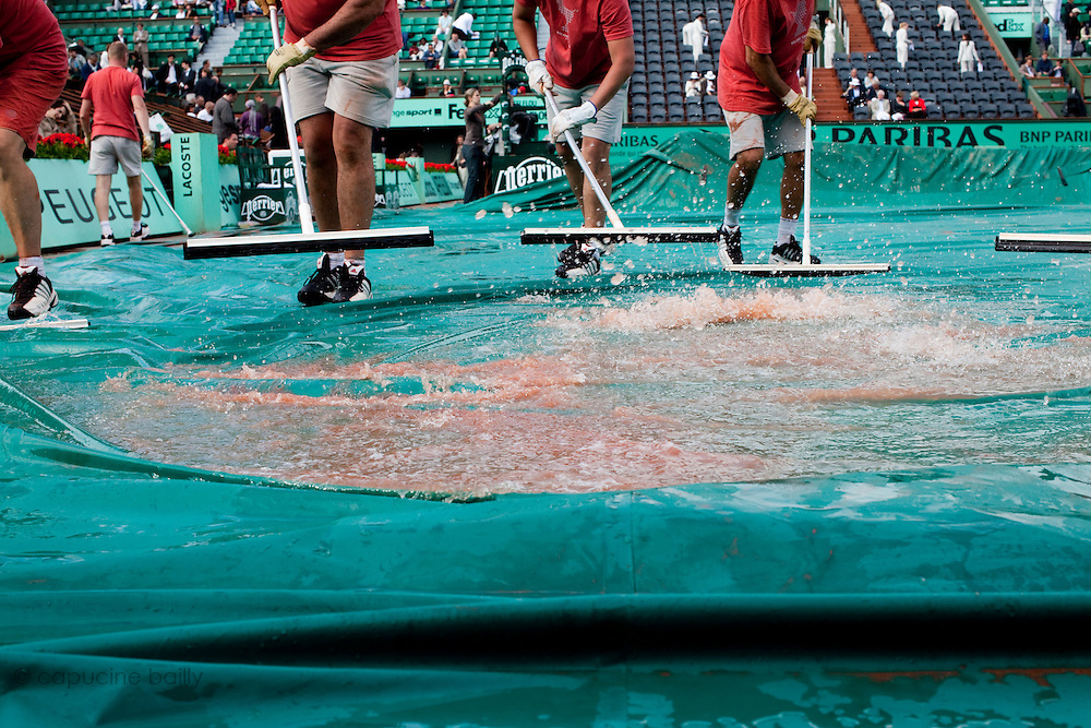 Roland Garros. Paris, France. 26 Mai 2010..Les matchs sont interrompus par la pluie...Roland Garros. Paris, France. May 26th 2010..Rain interrupts matches..