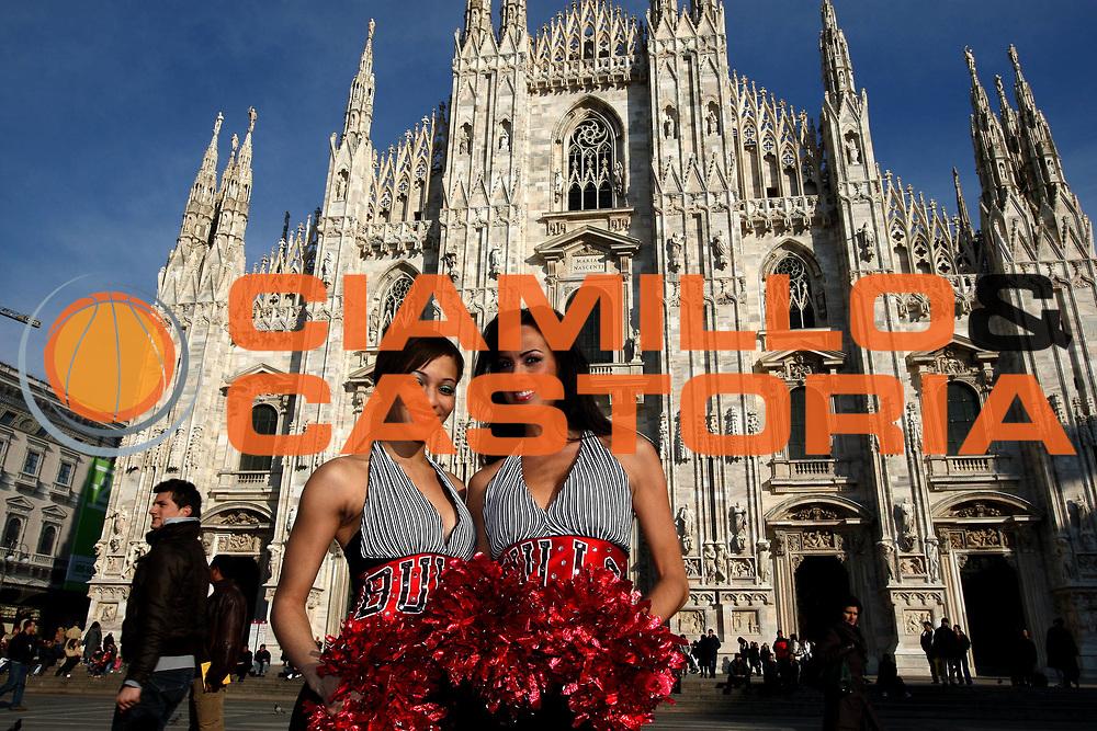 DESCRIZIONE : Milano Presentazione Ufficio Nba in Italia <br /> GIOCATORE : Luvabulls Dance Team dei Chicago Bulls<br /> SQUADRA :<br /> EVENTO : NBA 2008-2009 <br /> GARA : Le ragazze presenti a Milano per l'inaugurazione dell'Ufficio Nba in Italia posano davanti al duomo<br /> DATA : 19/02/2009<br /> CATEGORIA : cheerleaders<br /> SPORT : Pallacanestro <br /> AUTORE : Agenzia Ciamillo-Castoria/E.Castoria<br /> Galleria : NBA 2008-2009<br /> Fotonotizia : Milano Presentazione Ufficio Nba in Italia <br /> Predefinita :