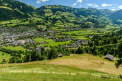 THEMENBILD - Der Blick über die Hausbergkante in die Kompression und der Einfahrt in die Traverse mit der Stadt Kitzbühel im Hintergrund, aufgenommen am 26. Juni 2017, Kitzbühel, Österreich // The view over the edge of the house into the compression and the entrance into the traverse with the town of Kitzbuehel in the background at the Streif, Kitzbühel, Austria on 2017/06/26. EXPA Pictures © 2017, PhotoCredit: EXPA/ Stefan Adelsberger