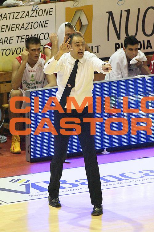 DESCRIZIONE : Pistoia Lega A2 2012-13 Giorgio Tesi Group Pistoia Givova Scafati<br /> GIOCATORE : Coach Moretti Paolo<br /> SQUADRA : Giorgio Tesi Group Pistoia<br /> EVENTO : Campionato Lega A2 2012-2013<br /> GARA : Giorgio Tesi Group Pistoia Givova Scafati<br /> DATA : 18/11/2012<br /> CATEGORIA : <br /> SPORT : Pallacanestro<br /> AUTORE : Agenzia Ciamillo-Castoria/Stefano D'Errico<br /> Galleria : Lega Basket A2 2012-2013 <br /> Fotonotizia : Pistoia Lega A2 2011-2012 Giorgio Tesi Group Pistoia Givova Scafati<br /> Predefinita :