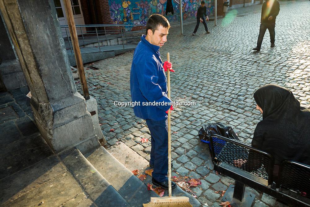 Brussel 11-11-2011 Fedasil opvang in Klein Kasteeltje asielzoekers bestaat 25 jaar. Nyement Ullhrauf is 23 en vertaalde voor de Engelsen in Aghanistan; Ik maak hier schoon, en zo verdien ik een zakcentje bij. De tocht hierheen kostte me al 15000 Euro.