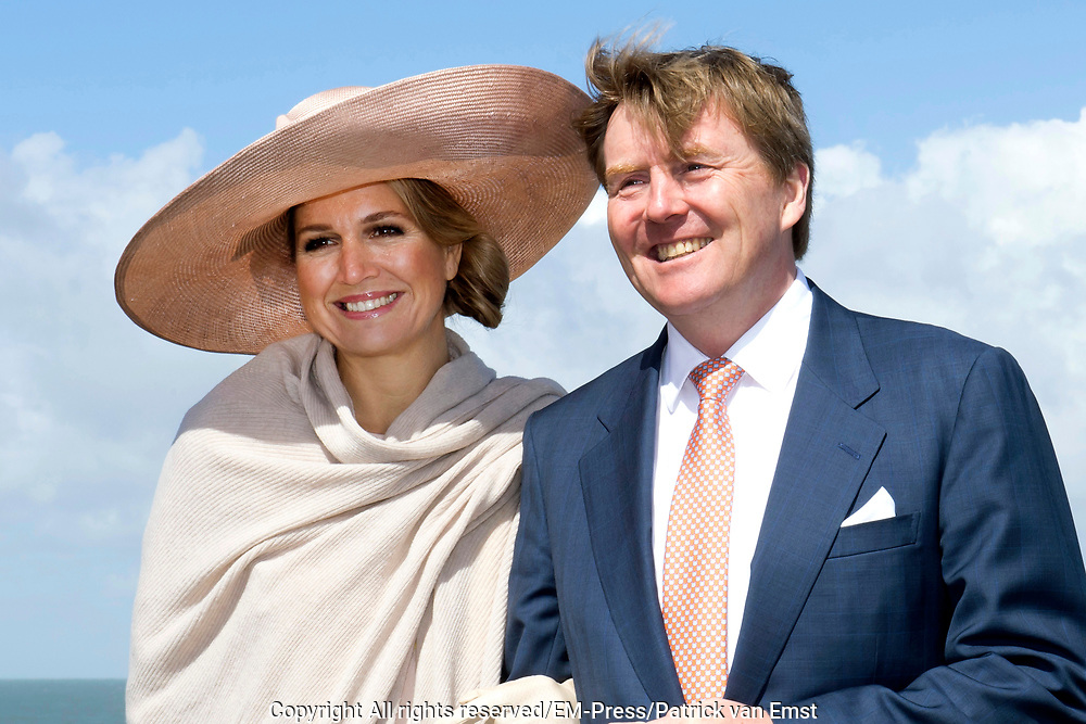 Koning Willem-Alexander en koningin Maxima tijdens hun streekbezoek aan Zeeuws Vlaanderen<br /> <br /> King Willem-Alexander and Queen Maxima  during their visit to Zeeuws Vlaanderen.<br /> <br /> Op de foto / On the photo:  Aankomst in de gemeente Sluis en korte stop ter hoogte van getijdenduiker &lsquo;het Killetje&rsquo; met uitzicht over het strand en de Westerschelde<br /> <br /> Arrival in the municipality of Sluis and short stop at the height of tides diver the Killetje 'overlooking the beach and the Westerschelde