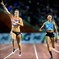 Belgie, Brussel, 11-09-2015.<br /> Atletiek, Diamond League, 200 meter, Vrouwen.<br /> Dafne Schippers ( links ) steekt al voor de finish haar vinger in de lucht want ze wint met overmacht van Allyson Felix uit de USA.<br /> Foto: Klaas Jan van der Weij