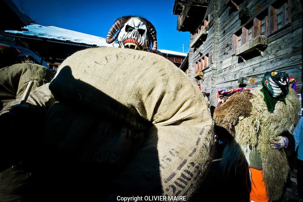 le village d'Evolene vit aux rythmes du Carnaval traditionnel et se voit envahi de Peluches et d'Empaillés en 2009.Traditions montagnes Alpes, Valais, Suisse masque carnaval alcool fete village.(PHOTO-GENIC.CH/ OLIVIER MAIRE)
