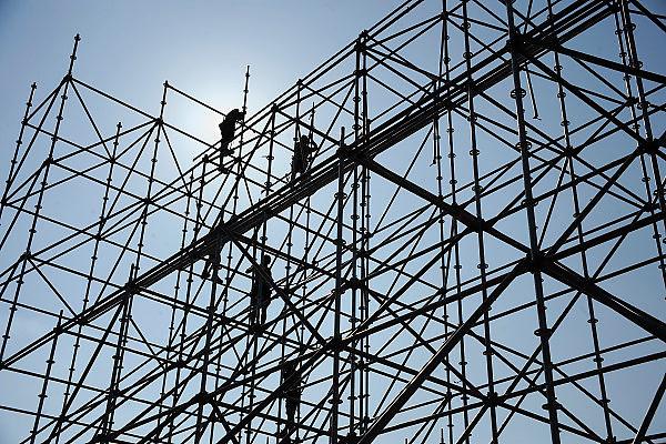 Nederland, Nijmegen, 25-5-2010Steigerbouwers werken aan de opbouw van decorstukken voor het Emporium dance festival, dat komend weekend plaatsvindt op recreatieterrein de Berendonck.Foto: Flip Franssen/Hollandse Hoogte