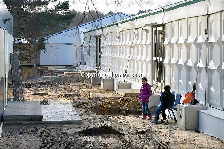 Nederland, the Netherlands, Nijmegen, 4-11-2015Kamp, tentenkamp Heumensoord, de tijdelijke noodopvang, azc, van het COA. Plaats voor 3000 asielzoekers. Mensen wandelen buiten. Door de zachte winter is het in de tenten nog niet zo koud. KinderenFOTO: FLIP FRANSSEN