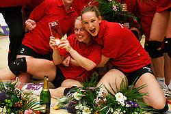 21-04-2012 VOLLEYBAL: B- LEAGUE DAMES VCN KING SOFTWARE - KINDERCENTRUM ALTERNO 2: CAPELLE AAN DEN IJSSEL <br /> Ingerlise Kooijman, Sanne Hoevenaars, VCN King Software vieren het kampioenschap.<br /> ©2012-FotoHoogendoorn.nl / Pim Waslander