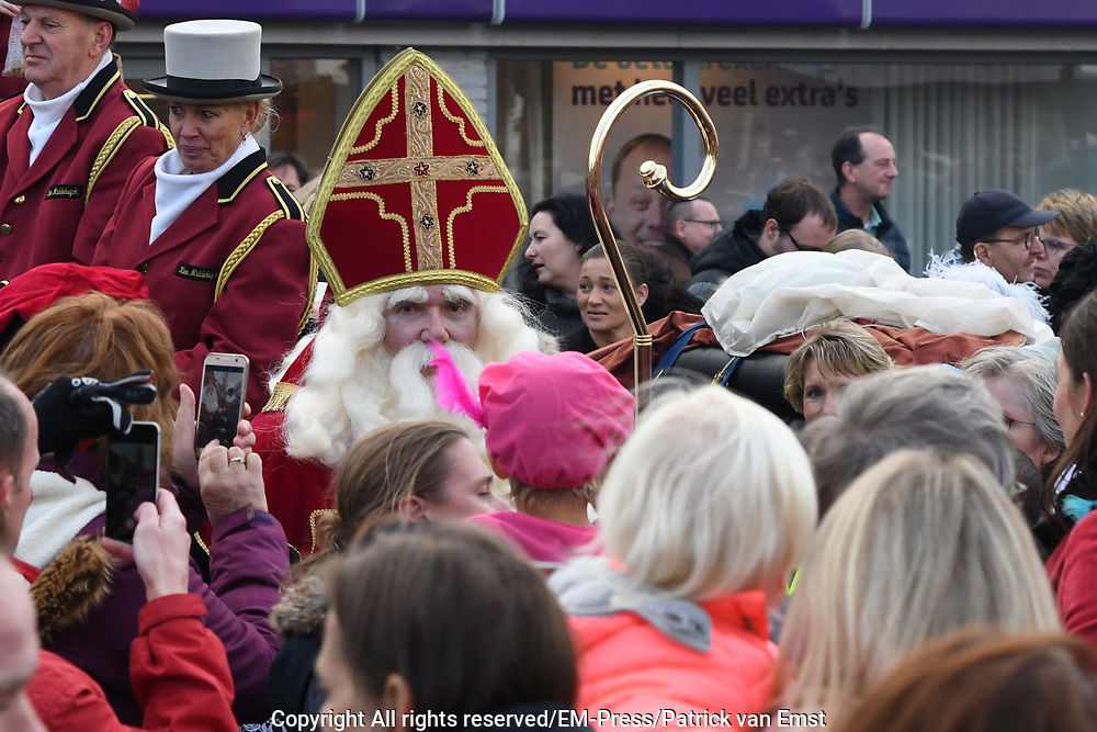 Sinterklaas komt aan in Soest met zijn zandboot en Zwarte Pieten
