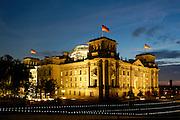 Berlin bei Nacht, Dämmerung....Reichstaggebäude und Spree bei Dämmerung