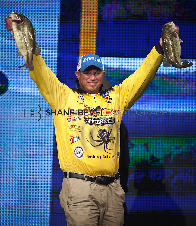 2/25/12 6:34:59 PM -- during the 2012 Bassmaster Classic on the Red River in Shreveport, La. ..Photo by Shane Bevel.Bobby Lane weighs in