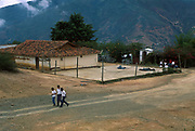 Escuela primaria de la región. Mocochopo, 16-02-2000 (Ramón Lepage / Orinoquiaphoto)   School children walk in small town of Mocochopo in the Andes Mountains of Merida. The agriculture is one of the main economic activities in this area. 2000 (Ramón Lepage / Orinoquiaphoto)