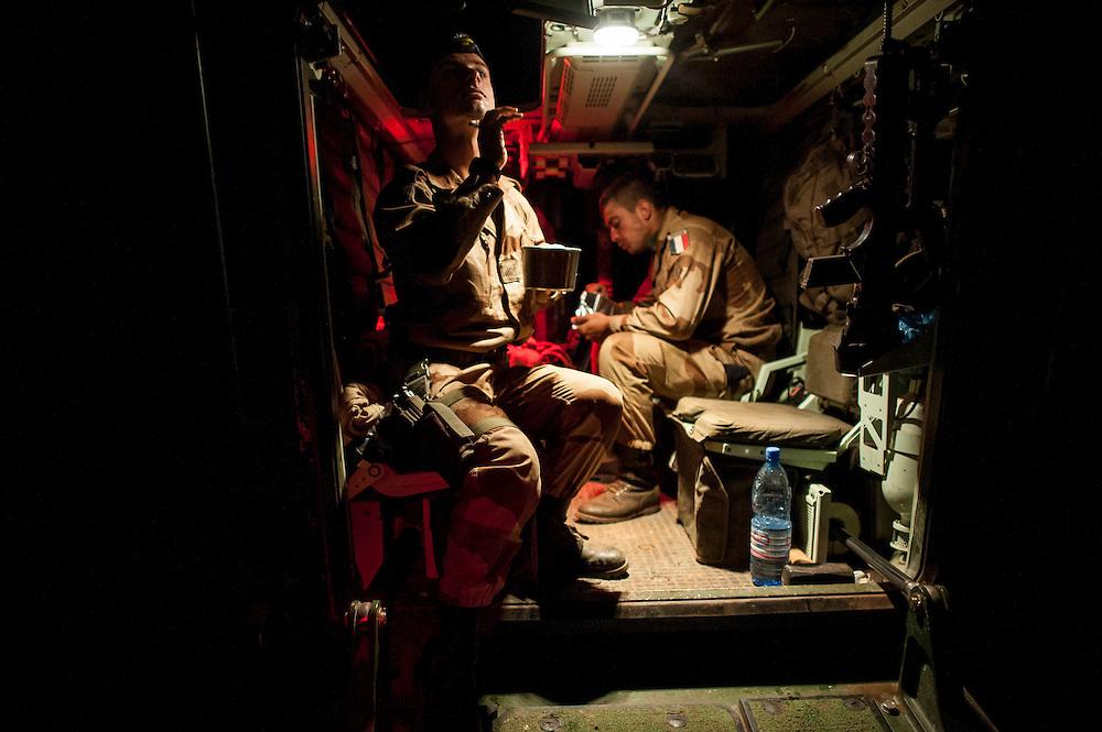 07/02/2013. Route de Gao, Mali. Des militaires français se rasent avant de partir en convoi vers Gao, dernière étape avant Kidal. ©Sylvain Cherkaoui/ Cosmos pour Le Monde
