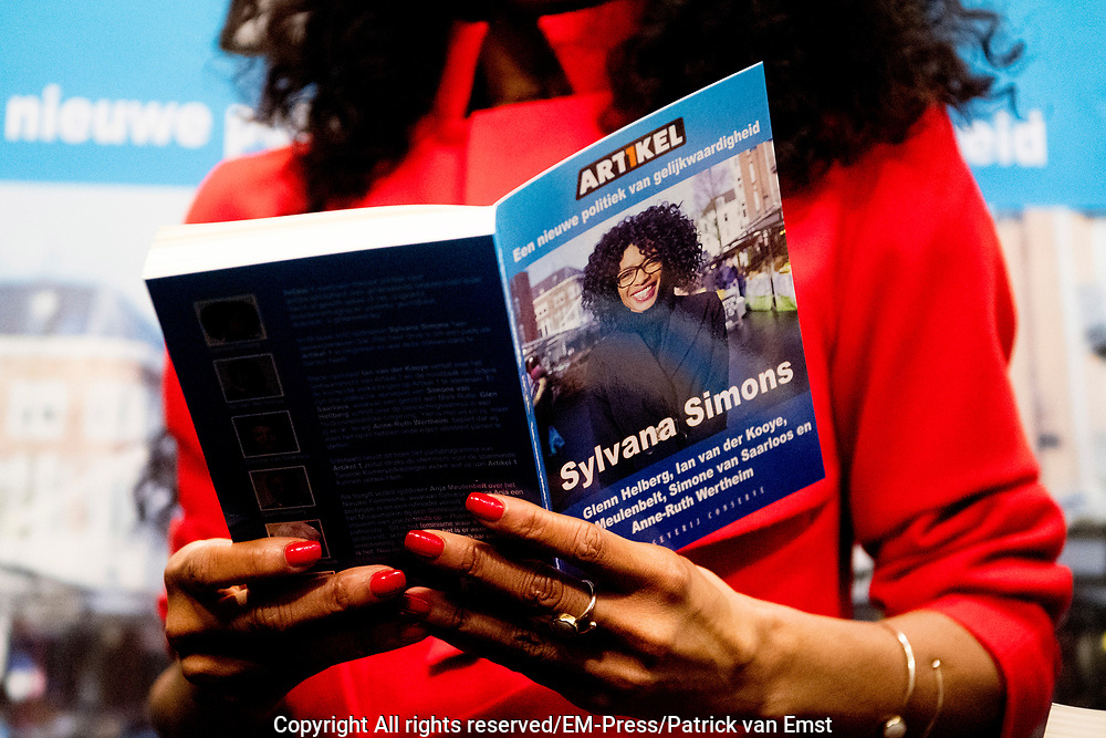 Lijsttrekker Sylvana Simons presenteert haar boek Artikel 1 in Nieuwspoort. Simons overhandigt het boek aan de jongste kandidaat en de oudste kandidaat op de lijst van Artikel 1.