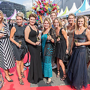 NLD/Amsterdam/20170617 - Amsterdamdiner 2017, vriendinnegroep met oa Micky Hoogendijk, Anouk Smulders, Judith Wiersma en Anouk van Nes