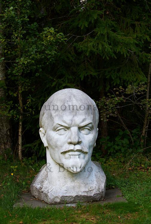 Lituanie (pays baltes), comté de Alytus, Druskininkai, le parc Gruto Parkas ou Parc Grutas surnommé le monde de Stalin, statue de Vladimir Lenine // Lithuania (Baltic Countries), Alytus region, city of Druskininkai, Gruto Park, the Stalin world, Lenin statue