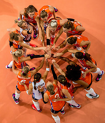 09-07-2017 NED: World Grand Prix Netherlands - Japan, Apeldoorn<br /> Match five of first weekend of group C during the World Grand Prix. Netherlands lost in five sets from Japan / Team Nederland yell, item, aanvang wedstrijd