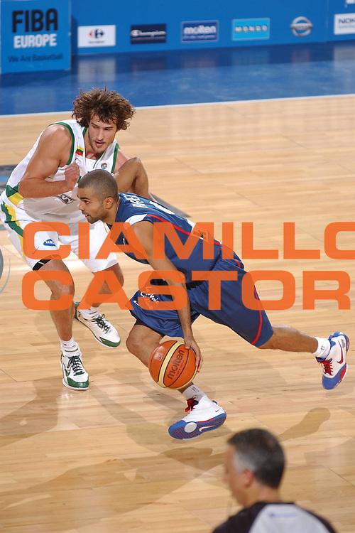 DESCRIZIONE : Madrid Spagna Spain Eurobasket Men 2007 Qualifying Round Lituania Francia Lithuania France <br /> GIOCATORE : Tony Parker <br /> SQUADRA : Francia France <br /> EVENTO : Eurobasket Men 2007 Campionati Europei Uomini 2007 <br /> GARA : Lituania Francia Lithuania France <br /> DATA : 10/09/2007 <br /> CATEGORIA : Palleggio <br /> SPORT : Pallacanestro <br /> AUTORE : Ciamillo&amp;Castoria/JF.Molliere <br /> Galleria : Eurobasket Men 2007 <br /> Fotonotizia : Madrid Spagna Spain Eurobasket Men 2007 Qualifying Round Lituania Francia Lithuania France <br /> Predefinita :