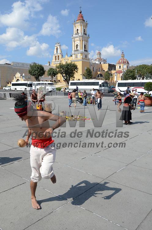 Toluca, México.- Un grupo de danzantes rindieron culto a la madre naturaleza con bailes prehipánicos así como un pequeña ofrenda con frutas y semillas de manera simbólica en la plaza Andrés María Garibay. Agencia MVT / Arturo Hernández S.