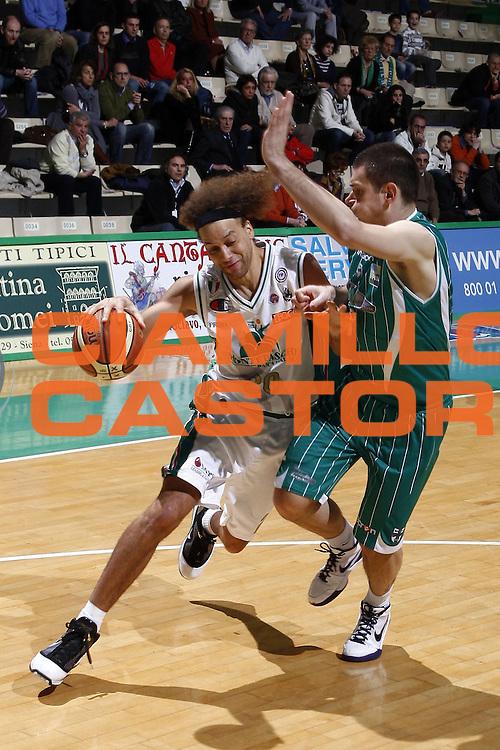 DESCRIZIONE : Siena Lega A 2009-10 Montepaschi Siena Air Avellino<br /> GIOCATORE : Shaun Stonerook<br /> SQUADRA : Montepaschi Siena<br /> EVENTO : Campionato Lega A 2009-2010 <br /> GARA : Montepaschi Siena Air Avellino<br /> DATA : 27/03/2010<br /> CATEGORIA : palleggio<br /> SPORT : Pallacanestro <br /> AUTORE : Agenzia Ciamillo-Castoria/R.Carli<br /> Galleria : Lega Basket A 2009-2010 <br /> Fotonotizia : Siena Campionato Italiano Lega A 2009-2010 Montepaschi Siena Air Avellino<br /> Predefinita :