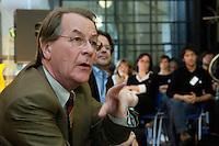 17 AUG 2005, DRESDEN/GERMANY:<br /> Franz Muentefering, SPD Parteivorsitzender, diskutiert mit Mitgliedern von Initiativen ueber Rechtsradikale in Ostdeutschland<br /> IMAGE: 20050817-01-032<br /> KEYWORDS: Franz Müntefering