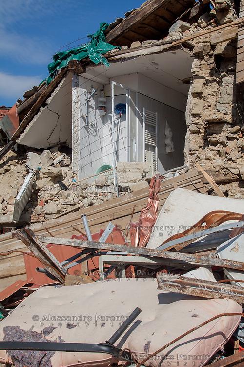Una casa ha perso il muro principale lasciando scoperto il bagno.