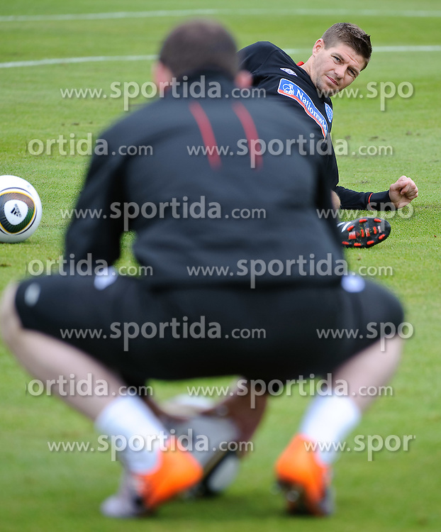 19.05.2010, Arena, Irdning, AUT, FIFA Worldcup Vorbereitung, Training England, im Bild Wayne Rooney (Manchester United), Steven Gerrard (FC Liverpool), EXPA Pictures © 2010, PhotoCredit: EXPA/ S. Zangrando / SPORTIDA PHOTO AGENCY