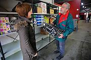 Nederland, Nijmegen, 20-12-2008De voedselbank probeert haar voedselpakketten aan kerstmis aan te passeen. Particulieren en bedrijven wordt gevraagd hun overtollige kerstpakketten en feestdagen voedsel aan te bieden. Op de foto heeft een vrijwilliger juist zo'n pakket aangenomen.Foto: Flip Franssen/Hollandse Hoogte