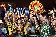 Spectateurs exaltés devant la scène lors du spectacle de la Grande fête multiculturelle aux Francofolies de Montréal en 2008.