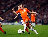 Fotball<br /> Skottland v Nederland / Holland<br /> Foto: Colorsport/Digitalsport<br /> NORWAY ONLY<br /> <br /> Football<br /> 09/09/2009 <br /> SCOTLAND V NETHERLANDS: <br /> ARJEN ROBBEN (NED) GETS THE BETTER OF STEVEN NAISMITH  DURING THE 2010 WORLD CUP QUALIFIER AT HAMPDEN PARK, GLASGOW