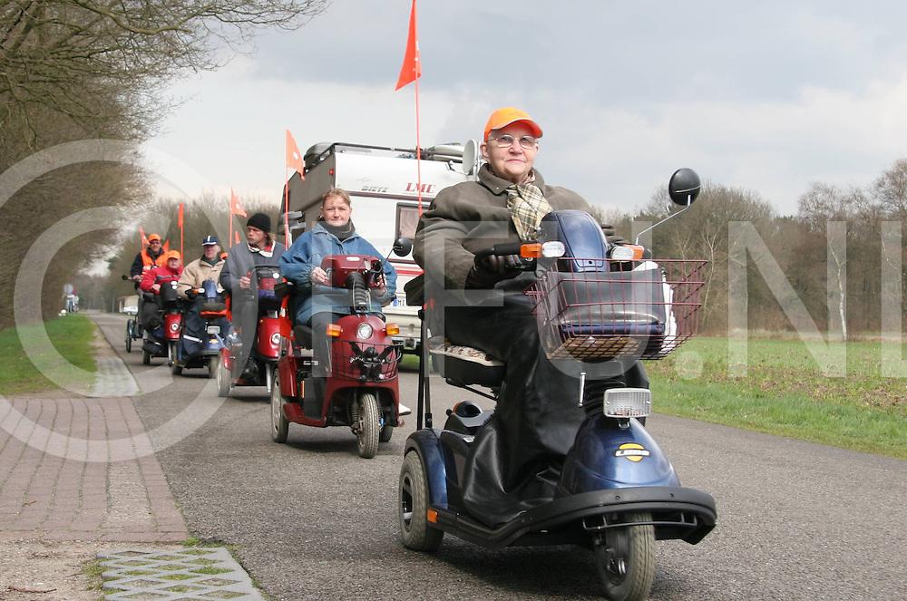 060418, rheeze, ned<br /> Scootmobieltocht die ariveerde bij camping de oldemeyer,<br /> fotografie frank uijlenbroek&copy;2006 jasper van der zwan