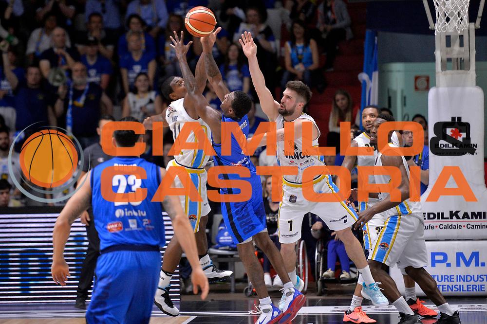 Lee Moore, Paul Harris<br /> Vanoli Cremona - Germani Basket Brescia Leonessa<br /> Lega Basket Serie A 2016/2017<br /> Cremona, 09/04/2017<br /> Foto M.Ceretti / Ciamillo - Castoria
