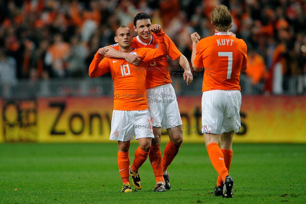 01-04-2009 VOETBAL: WK KWALIFICATIE NEDERLAND - MACEDONIE: AMSTERDAM<br /> Nederland wint met 4-0 van Macedonie / Dirk Kuyt scoort de 3-0 en viert dit met Wesley Sneijder en Mark van Bommel<br /> &copy;2009-WWW.FOTOHOOGENDOORN.NL